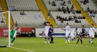 アジア杯【日本・ウズベキスタン】日本は、右サイドからの室屋のクロスに武藤が頭で合わせて、同点ゴール=2018年1月17日 UAE・アルアインのハリファ インターナショナル スタジアムで、ロイター