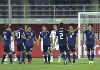 アジア杯【日本・ウズベキスタン】同点ゴールを決めて、喜ぶ武藤(13)ら日本の選手たち=2018年1月17日 UAE・アルアインのハリファ インターナショナル スタジアムで、AP