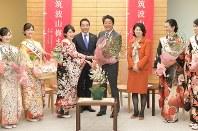 茨城県つくば市の観光大使から梅を贈られる安倍晋三首相(中央右)=首相官邸で2019年1月17日午前11時48分、川田雅浩撮影