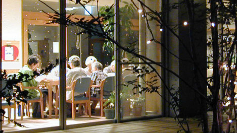 食卓を囲んで楽しい晩ご飯