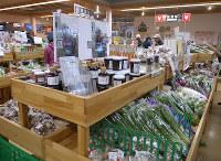 新鮮な農産物が並ぶ「京丹波マルシェ」=京都府京丹波町の「京丹波 味夢の里」で、高村洋一撮影