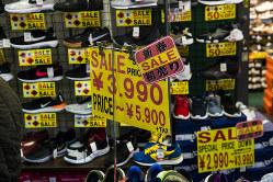 東京・上野のアメ横商店街の新春初売り。10月の消費増税で個人消費は落ち込むのか(Bloomberg)