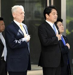 来日して防衛省を訪れたマティス米国防長官(当時、左)。辞任で日米関係に影響は出るか(東京都新宿区で2018年6月29日、代表撮影)