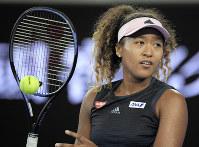 日本企業が4大大会で初めて公式球を供給しているテニスの全豪オープン。大坂は3回戦進出を決めた=AP