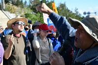 土砂投入が始まった翌日も県民らが米軍キャンプ・シュワブ前で抗議の声を上げた=沖縄県名護市辺野古で2018年12月15日、佐野格撮影