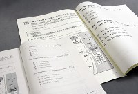 英語リスニングの問題冊子。通常の10ポイントの活字(下)のほか14ポイント、22ポイント(上)の拡大版が用意されている。22ポイント版はレイアウトが変わるため、3問目は次ページにあり図と一緒に見られない=東京都千代田区で2019年1月11日、根岸基弘撮影
