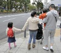「子どものために禁煙した」と話す男性とその家族=横浜市内で、斎藤義彦撮影