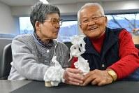 それぞれの作品を前に笑顔を見せる原田美知子さん(左)、久造さん夫妻=京都市上京区で2019年1月12日、小松雄介撮影