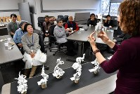 完成後の鑑賞会では、参加者一人一人の作品の良いところについて全員で話し合う=京都市上京区で2019年1月12日、小松雄介撮影