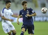アジア杯【日本・ウズベキスタン】ディフェンスする日本の佐々木=2018年1月17日 UAE・アルアインのハリファインターナショナルスタジアムで、AP