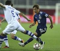 アジア杯【日本・ウズベキスタン】ドリブルで突破を試みる日本の乾=2018年1月17日 UAE・アルアインのハリファインターナショナルスタジアムで、AP