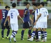 アジア杯【日本・ウズベキスタン】豪快なミドルシュートを決めた塩谷(中央)=2018年1月17日 UAE・アルアインのハリファインターナショナルスタジアムで、AP