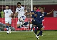 アジア杯【日本・ウズベキスタン】ボールを競り合う日本の乾=2018年1月17日 UAE・アルアインのハリファインターナショナルスタジアムで、AP