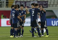 アジア杯【日本・ウズベキスタン】逆転勝ちで1次リーグ3連勝、F組1位で決勝トーナメント進出を決め、喜ぶ日本の選手たち=2019年1月17日 UAE・アルアインのハリファ インターナショナル スタジアムで、AP