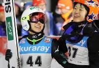 【ノルディックスキー・W杯ジャンプ女子】2回目の飛躍を終えてこの時点でトップに立ち、伊藤(右)と一緒に喜ぶ高梨=山形市のクラレ蔵王シャンツェで2019年1月18日、喜屋武真之介撮影