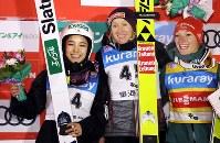 【ノルディックスキー・W杯ジャンプ女子】表彰台で記念撮影する高梨(左)ら上位3選手=山形市のクラレ蔵王シャンツェで2019年1月18日、喜屋武真之介撮影