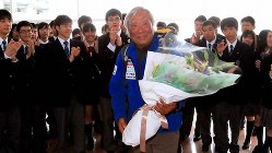 2013年に史上最高齢の80歳でエベレスト登頂に成功した三浦雄一郎さん。帰国し、自身が校長を務める高校の生徒に出迎えられ笑顔を見せる=東京・羽田空港で2013年5月29日、梅村直承撮影