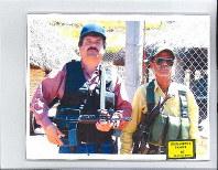 潜伏していた頃の麻薬王「エルチャポ」(左)は常に武装していた=2019年1月、ニューヨーク連邦地裁が公開