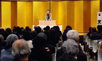 2018年12月に開かれた「わろてまえ劇場2018」=大阪市中央区の大阪国際がんセンターで、御園生枝里撮影