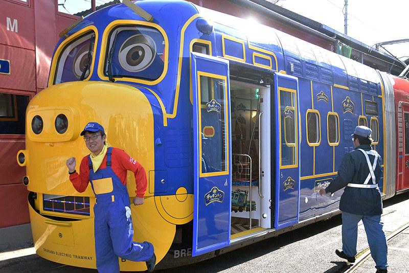 キャラ車両発車準備中 内装にチャギントンイラスト 岡電で3月から
