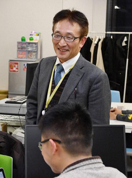 Laboratory of Hi-Think Co. President Masayuki Tatsumi speaks with employees in the company's office in Kyoto's Shimogyo Ward, on Dec. 12, 2018. (Mainichi/Ai Kawahira)