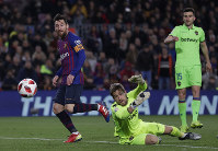 FC Barcelona's Lionel Messi, center, kicks the ball to score his side's third goal during a Spanish Copa del Rey soccer match between FC Barcelona and Levante at the Camp Nou stadium in Barcelona, Spain, on Jan. 17, 2019. (AP Photo/Manu Fernandez)