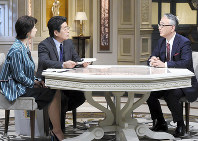右から塩野義製薬の手代木功社長、村上龍、小池栄子
