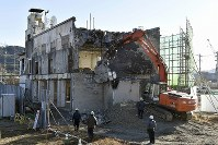Demolition work on the former Otsuchi Town Hall, which was hit by tsunami following the 2011 Great East Japan Earthquake, is seen in Iwate Prefecture on Jan. 19, 2019. (Mainichi/Naoki Watanabe)