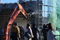 Press members observe demolition work on the former Otsuchi Town Hall, which was hit by tsunami following the 2011 Great East Japan Earthquake, in Iwate Prefecture on Jan. 19, 2019. (Mainichi/Naoki Watanabe)