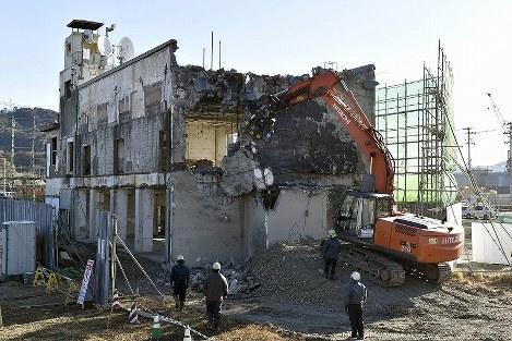 解体が始まった岩手県大槌町の旧役場庁舎=2019年1月19日午前9時38分、渡部直樹撮影
