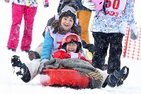 親子でソリに乗って遊ぶ親子=新潟県南魚沼市の八海山麓スキー場で2019年1月6日、渡部直樹撮影