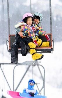 リフトに乗ってはしゃぐ女の子ら=新潟県南魚沼市の八海山麓スキー場で2019年1月5日、渡部直樹撮影