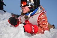 雪の上でひっくり返って男の子。ボランティアに宿舎に戻るよう促されても「もっと遊ぶ!」とはしゃいでいた=新潟県南魚沼市の八海山麓スキー場で2019年1月4日、渡部直樹撮影