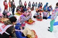 ゲレンデ上に集まるキャンプ参加者ら=新潟県南魚沼市の八海山麓スキー場で2019年1月4日、渡部直樹撮影