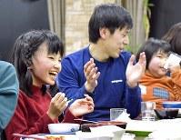 食事を終え、「ごちそうさまの歌」を歌う子どもたち。明るい歌声が食堂に響き渡る=新潟県南魚沼市の八海山麓スキー場で2019年1月4日、渡部直樹撮影