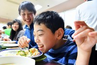 笑顔で食事をする男の子=新潟県南魚沼市の八海山麓スキー場で2019年1月5日、渡部直樹撮影