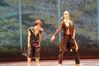 岩田守弘さん(左)は主人の信長に忠実な豊臣秀吉を演じた=サンクトペテルブルクで2019年1月15日、大前仁撮影