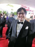 ゴールデン・グローブ賞のレッドカーペットで笑顔を見せる細田守監督=米ビバリーヒルズで2019年1月6日、長野宏美撮影