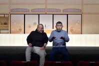 対談する笑福亭鶴瓶さん(左)と桂南光さん=大阪市北区で2018年12月17日、平川義之撮影