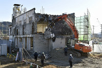 Demolition work on the former Otsuchi Town Hall is seen in Iwate Prefecture on Jan. 19, 2019. (Mainichi/Naoki Watanabe)