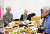 Masao Akahori, center, smiles at a dinner meeting with his supporters in his hometown of Shimada, Shizuoka Prefecture, on Jan. 13, 2019. (Mainichi/Yukina Furukawa)