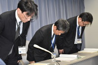 The head of the Shizuoka Prefectural Government's Administrative Management Section, left, and others announce that a victim of power harassment took their own life and offers apologies at the Shizuoka Prefecture Government on Jan. 18, 2019. (Mainichi/Nobuyuki Shimada)