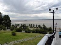 ハバロフスク中心部の公園からは広大なアムール川が一望できる。遠くの山並みは中国領。