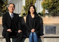 明日香さんを偲ぶモニュメントに座る母の桐田寿子さん(右)と桐淵博さん=さいたま市北区で2018年12月、梅村直承撮影