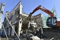 解体される岩手県大槌町の旧役場庁舎=19日、渡部直樹撮影