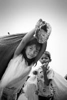 カンボジアに通い始めたばかりの頃に撮った一枚。生活のため、市場でゴミを拾い集めながら歩いていた子どもたち