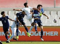 アジア杯決勝トーナメント【日本・サウジアラビア】ボールを競り合う日本とサウジアラビアの選手たち=UAEのシャルジャで2019年1月21日、ロイター