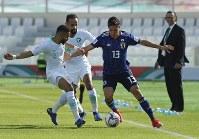 アジア杯決勝トーナメント【日本・サウジアラビア】ボールを競り合う日本の武藤=UAEのシャルジャで2019年1月21日、AP