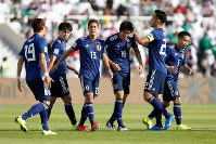 アジア杯決勝トーナメント【日本・サウジアラビア】日本の先制ゴールを決め、祝福される冨安=UAEのシャルジャで2019年1月21日、ロイター