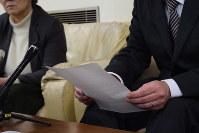 市教委への要望書を提出後、記者会見する父親(右)=仙台市役所で2019年1月21日、早川夏穂撮影